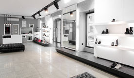 Luxusschuhgeschäft mit hellem Innenraum Stockfoto