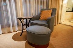 Luxussofa eingestellt in das Hotelschlafzimmer lizenzfreies stockfoto