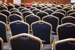 Luxusstühle auf einer Konferenz Stockfotos