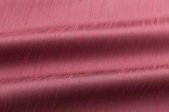 Luxusstoff des korallenroten Hintergrundes oder gewellte Falten Beschaffenheits-Satinsamts des Schmutzes des silk Lizenzfreies Stockbild