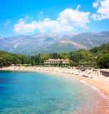 Luxusstrand und Hotel in Montenegro in adriatischem Meer lizenzfreies stockfoto