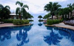 Luxusswimmingpool stockbilder