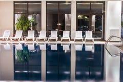 Luxusswimmingpool lizenzfreie stockbilder