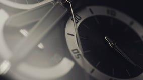 Luxusuhr - Makroatelieraufnahme Mechanische Uhr des schönen Edelstahls Chronograph nah oben mit der zweiten Hand stock video