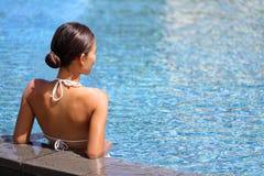 Luxuswellnessbadekurort-Rückzugfrau, die im Pool sich entspannt lizenzfreie stockfotos