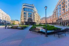 Luxuswohngebäude mit Café Lizenzfreie Stockfotos