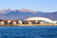 Luxuswohnhäuser und das Bolshoi gefrieren Palast in Adler Stockfotos