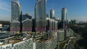 Luxuswohnsitz-Komplex und Stadt-Vogelperspektive, die weit vom Abschluss erhält stock video footage