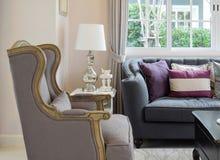 Luxuswohnzimmer mit klassischem Sofa, Lehnsessel und dekorativer Lampe Stockbild