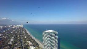 Luxuswolkenkratzer der enormen Spiegelwand im Luftpanoramameerblick des brummens 4k schoss vom Küstenstrand Miamis Atlantik Flori stock footage