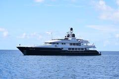 Luxusyacht in Blauem und in weißem auf dem Ozean stockbild