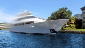 Luxusyacht in der Bewegung Stockbild