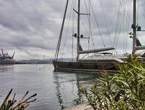 Luxusyacht in einem Hafen lizenzfreies stockbild