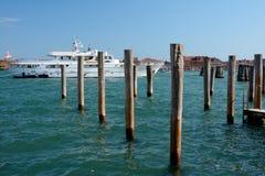 Luxusyacht festgemacht in Venedig, Italien Lizenzfreie Stockfotos