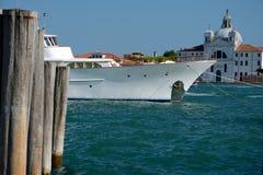 Luxusyacht festgemacht in Venedig, Italien Stockbilder