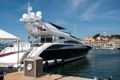 Luxusyacht im Hafen an einem Sommer-Tag Stockfotos
