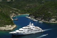 Luxusyacht u. Boote in Bonifacio Gulf, Corse, Frankreich stockfoto