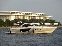 Luxusyacht und Kennedy Center Stockfoto