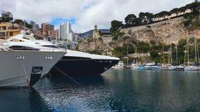 Luxusyachten und Boote angekoppelt im Nizza Hafen, Sommerkreuzfahrtreise, Erholung stock video