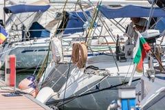 Luxusyachten und Boote schließen oben Stockfotos