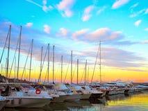 Luxusyachten und Segelboote im Seehafen bei Sonnenuntergang Marineparken von modernen Motorbooten in Ligurien, Italien Lizenzfreie Stockfotos