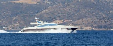 Luxusyachtschnellfahren lizenzfreie stockfotos