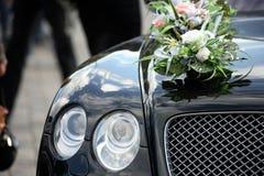 Luxuxauto mit Blumen Stockfoto