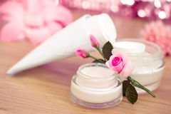 Luxuxbadekurortprodukte und rosafarbene Blumen Stockbilder