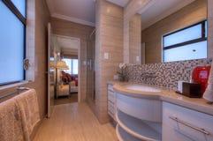 Luxuxbadezimmer im modernen Haus Stockbild