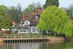 Luxuxbauholz gestaltetes Flussufer-Haus Stockfoto