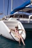 Luxuxferien - Mädchen auf einer Yacht Stockfotos