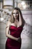Luxuxfrau im reizvollen roten Kleid Stockfoto