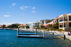 Luxuxhäuser und Hafen stockbild