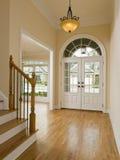 LuxuxhauptFoyer und Treppenhaus stockbild