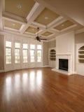 Luxuxhauptinnenwohnzimmer mit Windows Stockfotos