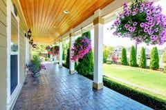 Luxuxhaus des amerikanischen Landbauernhofes mit Portal. Lizenzfreies Stockbild