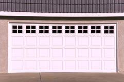 Luxuxhaus-Garage-Tür Stockfoto
