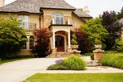 Luxuxhaus mit Blendenverschlüssen Stockfotos