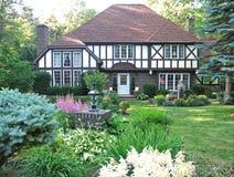 Luxuxhaus mit der umfangreichen Landschaftsgestaltung Stockfotos