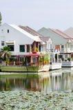 Luxuxhäuser auf einem See Stockbild