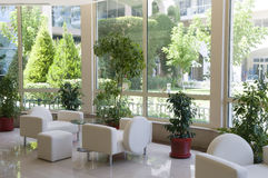 Luxuxinnenraum mit großem Fenster Stockbilder