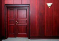 Luxuxmahagoniinnenraum mit Tür Stockbilder