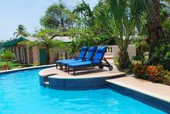 Luxuxrücksortierungpool und -hotel arbeiten in Aruba im Garten. stockfoto
