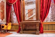 Luxuxraum mit rotem Spiegel der Trennvorhänge N Stockfotografie