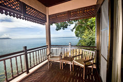 Luxuxschlafzimmer mit Ansicht von Meer. lizenzfreie stockfotografie