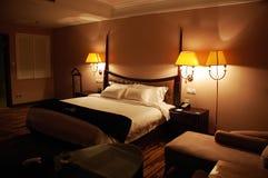 Luxuxschlafzimmer nachts Stockfotografie