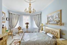 Luxuxschlafzimmerinnenraum der klassischen Art im Blau Stockbild