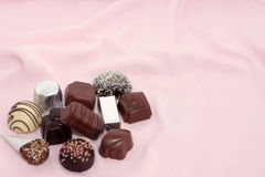 Luxuxschokoladen auf einem rosafarbenen Hintergrund 2 Lizenzfreie Stockfotos