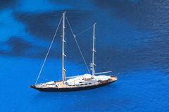 Luxuxsegelboot mit azurblauem Meer stockbild