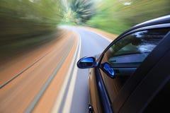 LuxuxSportwagen im schnellen Laufwerk stockbilder